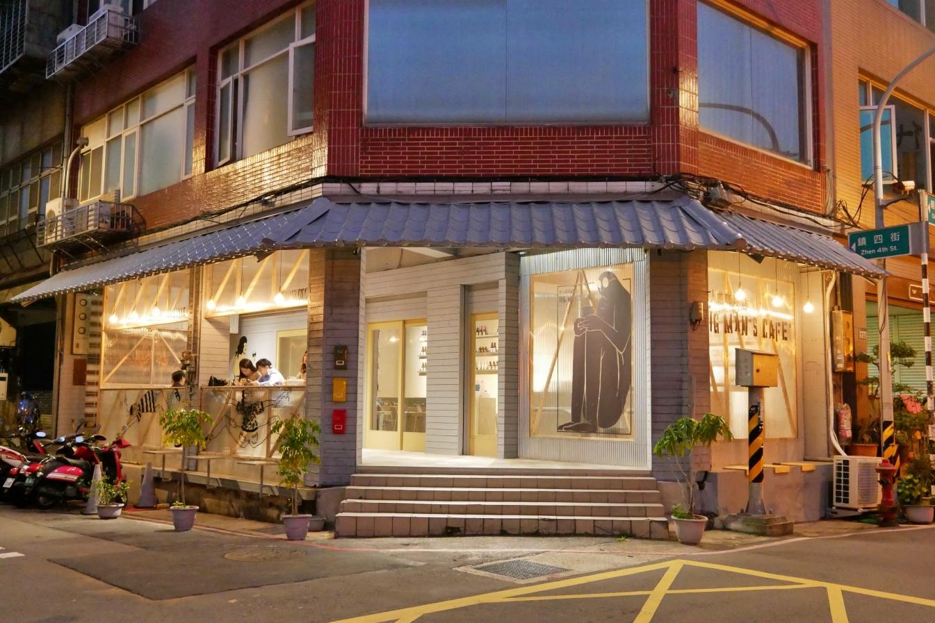 [桃園美食]大人的咖啡店.Big man's cafe|蠢咖啡二店~朝陽公園旁夜晚限定營業的咖啡館/啤酒吧 @VIVIYU小世界